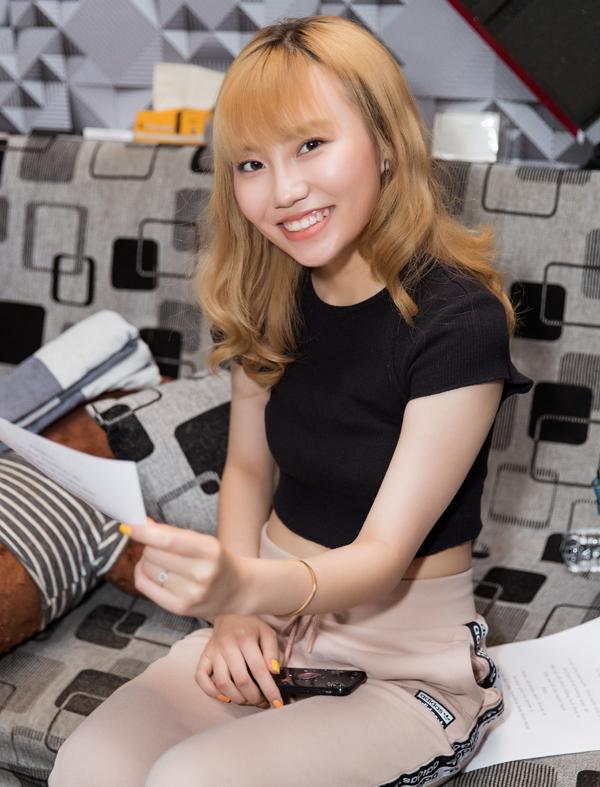 [Caption] • Châu Nhi là một du học sinh trở về từ Úc và hiện đang theo học tại Đại học RMIT để có thể song song cùng thực hiện đam mê ca hát của mình.Cô đạt được vị trí Top 9 của The Voice phiên bản Việt năm nay.  • Châu Nhi cũng thể hiện rõ sự tiến bộ của mình sau một thời gian ngắn bước ra từ cuộc thi.