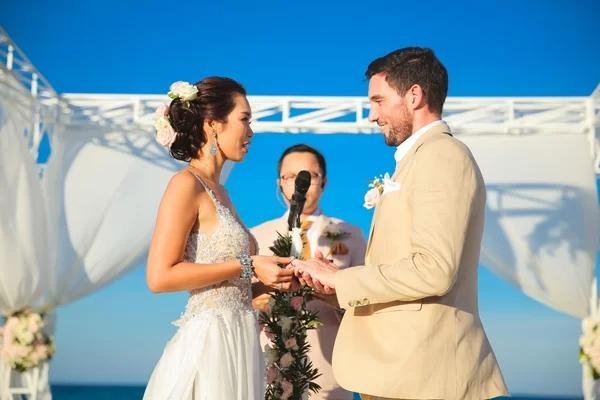 Trước ngày cưới, bạn thân của Olly còn dặn dò anh rằng trong suốt thời gian cử hành hôn lễ, phải luôn ở bên cô dâu trong bán kính một khuỷu tay, nhớ dành thời gian tận hưởng hạnh phúc bên nhau thay vì mải mê tiếp khách, hay cuốn vào các tiểu tiết khác.