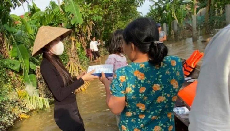 Thủy Tiên lội lũ đi đến từng hộ dân cứu trợ – Ảnh Ngoisao.net