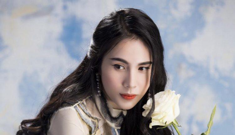 Ca sĩ thủy Tiên là một nghệ sĩ không chỉ hát hay mà còn tài giỏi, cô hiện đang có cuộc sống hôn nhân hạnh phúc với ông xã Công Vinh